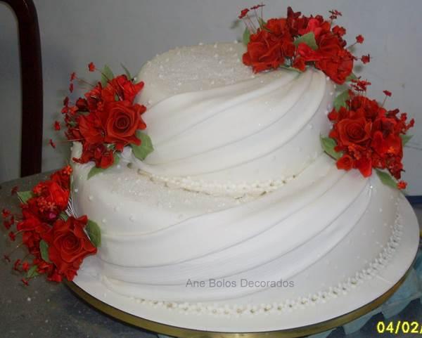 bolo-branco-com-rosas-2-andares