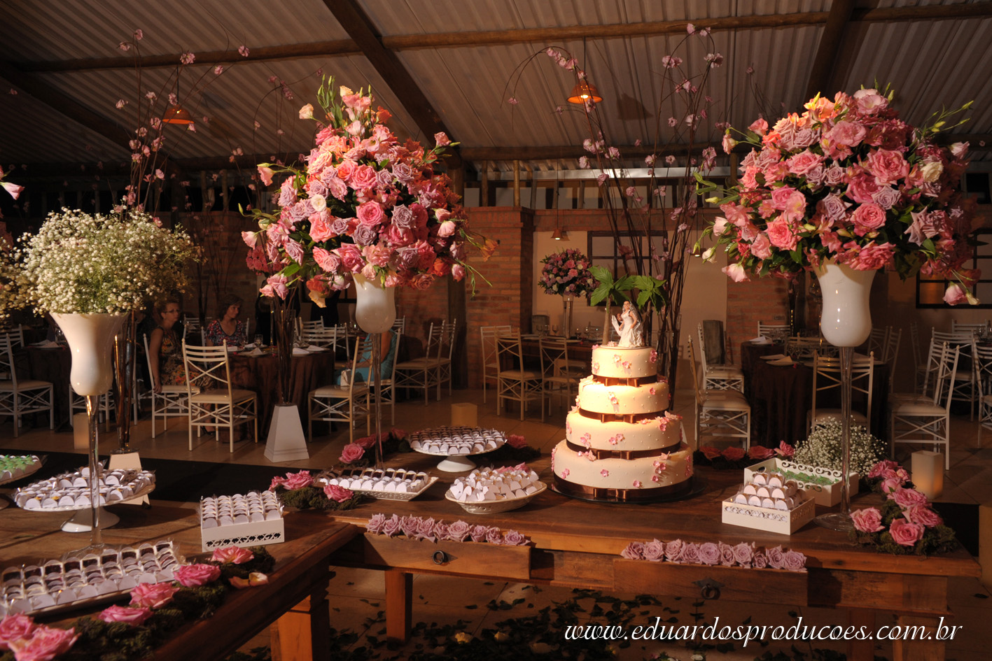 decoração-da-mesa-de-bolo-casamento-11