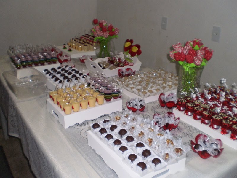 mesa-de-bolo-de-casamento-com-tortas-laterais-13