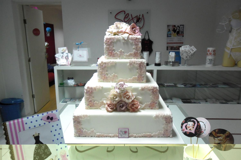 mesa-de-bolo-de-casamento-com-tortas-laterais-14
