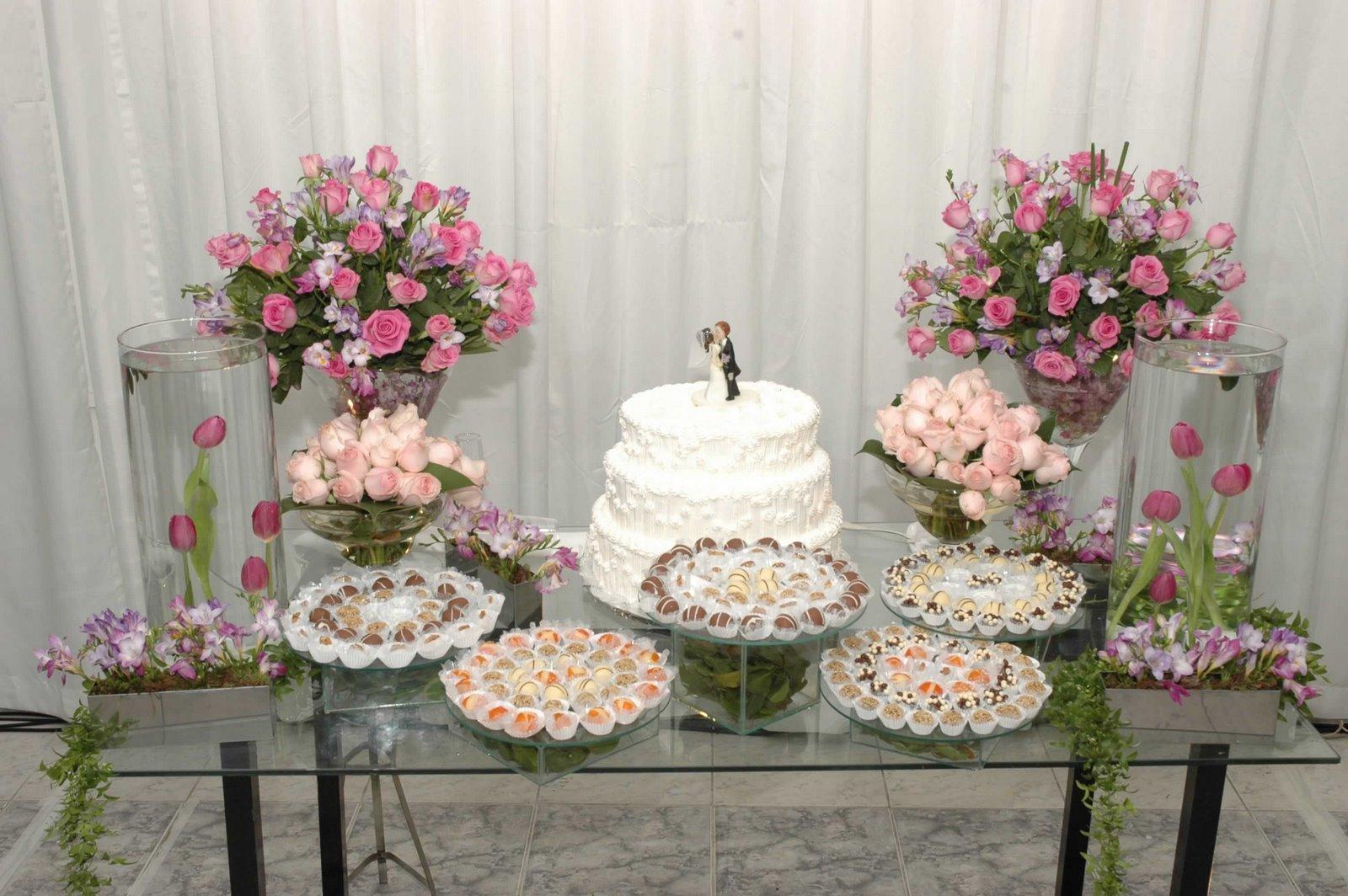 mesa-de-bolo-de-casamento-com-tortas-laterais-17