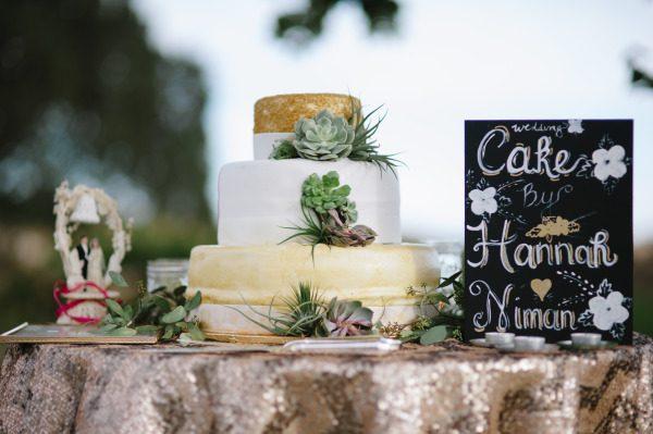 Mesa de bolo de casamento com tortas laterais