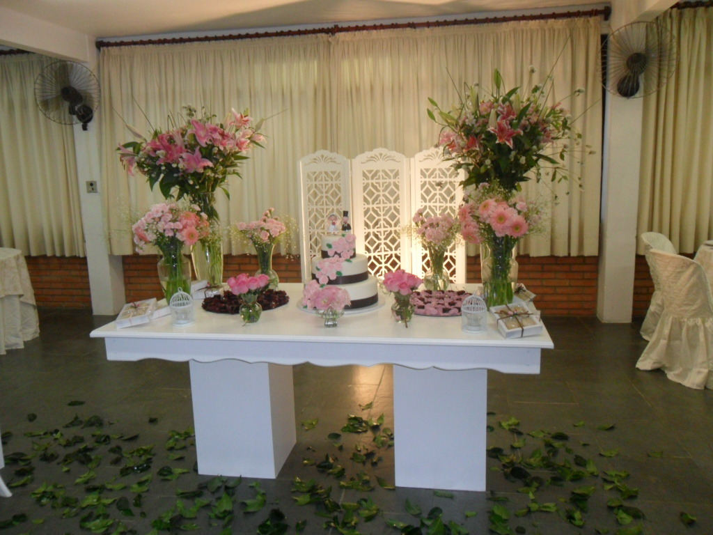 Mesa de bolo de casamento com tortas laterais u2013 Fotos de Casamentos -> Decoração De Mesa De Bolo Casamento Simples