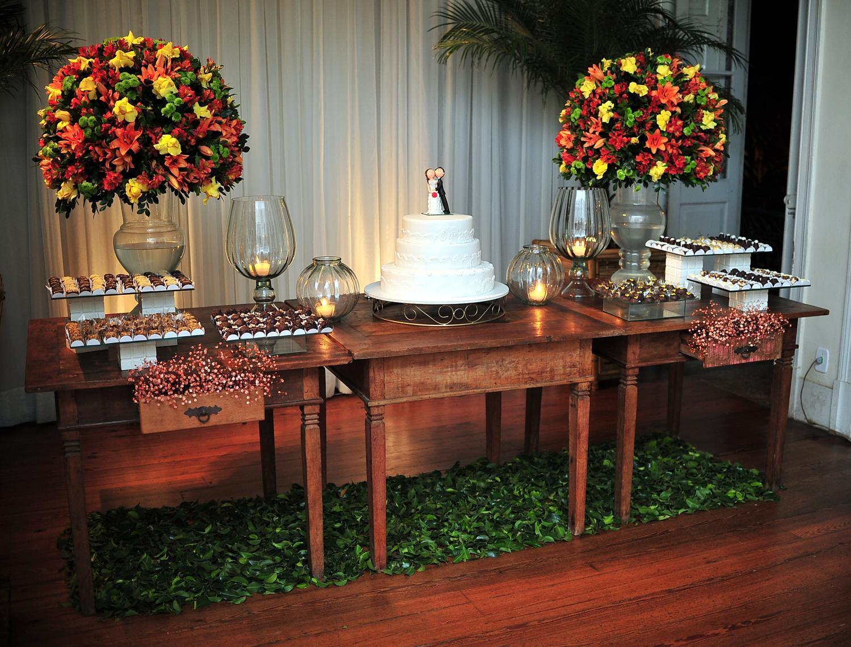 mesa-de-bolo-de-casamento-com-tortas-laterais-6