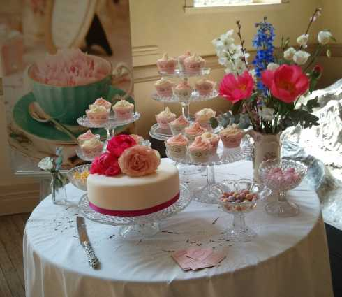 mesas-de-bolo-decoradas-para-casamento-simples-17