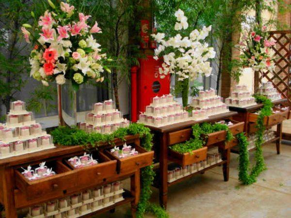 30 Mesas de casamento decoradas com mini bolos