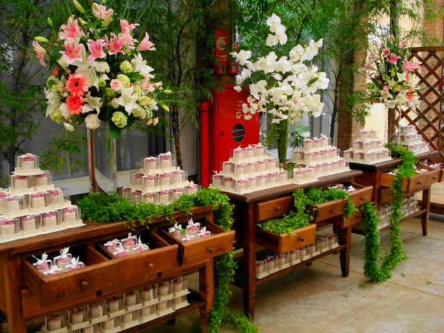 mesas-de-casamento-decoradas-com-mini-bolos-1
