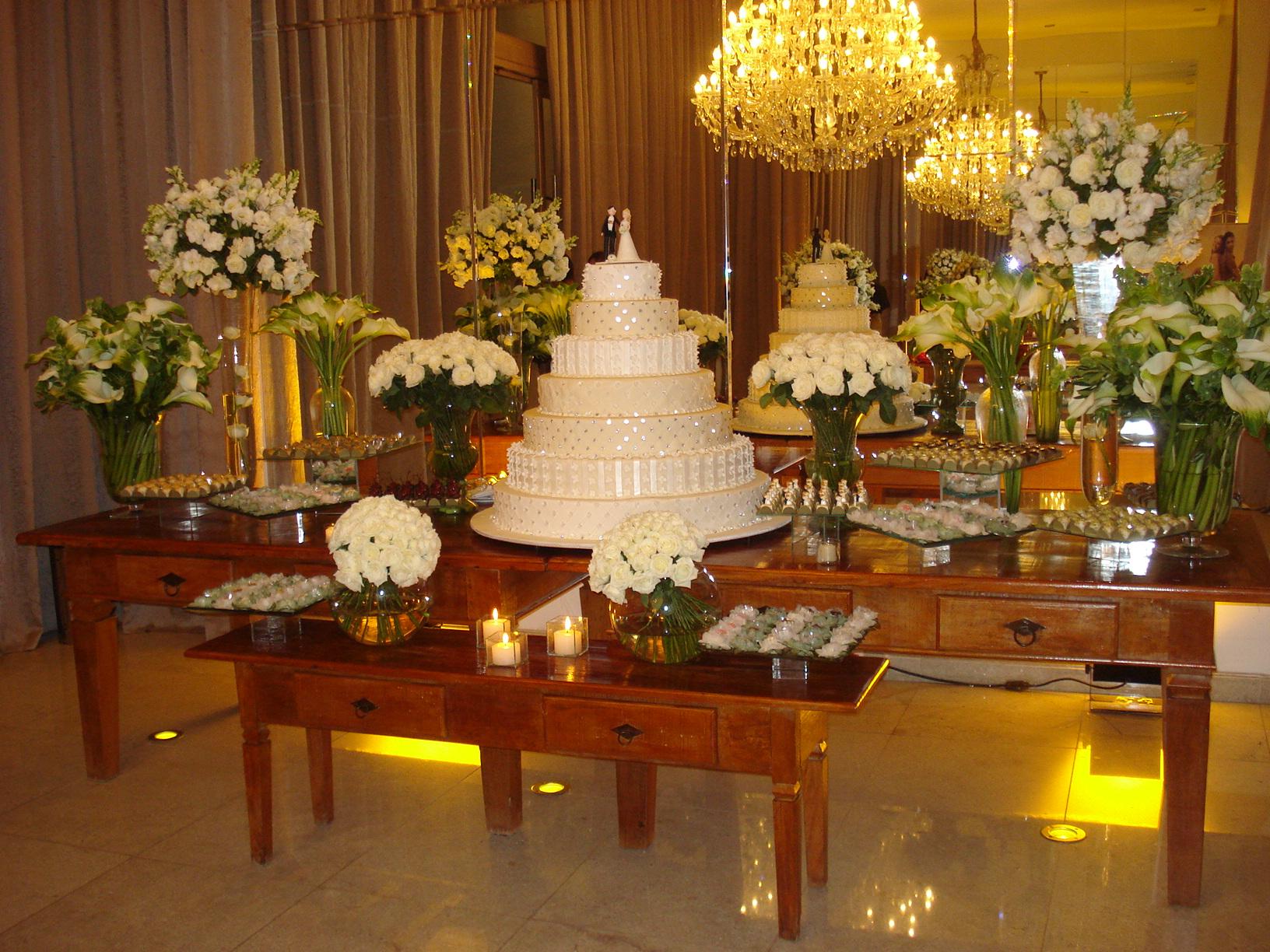 mesas-de-casamento-decoradas-com-mini-bolos-11