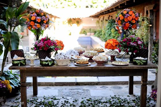 mesas-de-casamento-decoradas-com-mini-bolos-19
