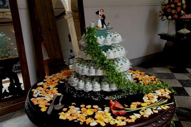 mesas-de-casamento-decoradas-com-mini-bolos-2