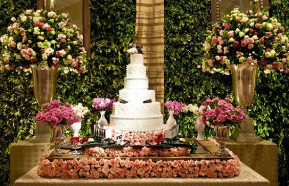 mesas-de-casamento-decoradas-com-mini-bolos-9