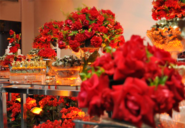 casamento-vermelho-dourado-flores-arranjos